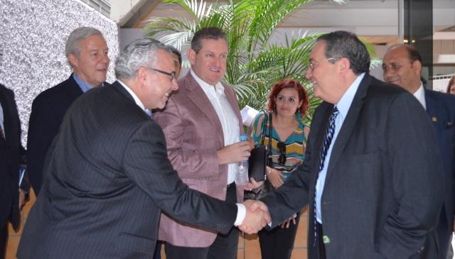 En la imagen saludo entre  Manuel Sánchez Gómez-Merelo, presidente de GET y Francisco Ramírez Yáñez, Rector de la UNIVA