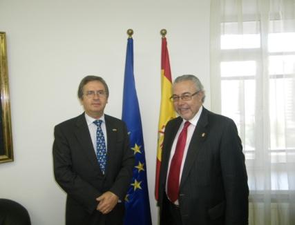 Manuel Sánchez con el Embajador de España D. Manuel Larrotcha